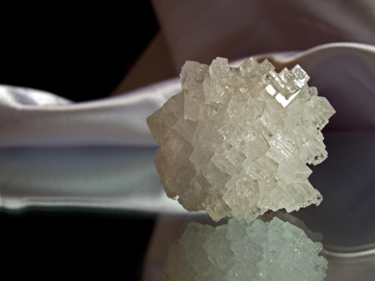 Image to the word соль,  Pictures gallery of Zingi, соль,кристалл,, Соль – один из продуктов первой необходимости, имеющий интереснейшую историю В древности соль почитали как святыню, потому что она имела чудесное свойство предохранять продукты от порчи, что в то время было очень важно